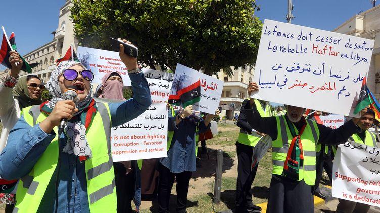 """Des manifestants devant la municipalité de Tripoli, le 16 avril 2019, pour dénoncer """"les interventions étrangères"""". (MAHMUD TURKIA / AFP)"""