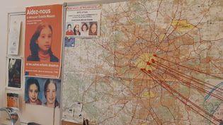 Dans le bureau de Corinne Hermann, avocate d'Éric Mouzin. Une carte de l'Île-de-France avec des photos d'Estelle Mouzin et des punaises rouges pour marquer des hypothèses de déplacement avant, pendant et après son enlèvement. (DELPHINE GOTCHAUX / RADIO FRANCE)