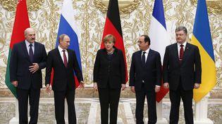 De gauche à droite, le président biélorusseAlexander Lukashenko, son homologue russe Vladimir Poutine, la chancelière allemande Angela Merkel, le président français François Hollande et le président ukrainienPetro Poroshenko le 11 février 2015 à Minsk (Biélorussie). (GRIGORY DUKOR / REUTERS)