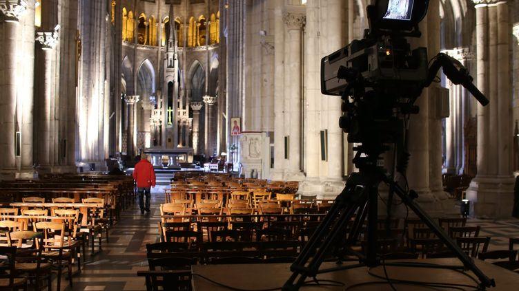 """Installation pour l'émission """"Le Jour du Seigneur"""" dans la basilique Saint-Antoine à Nantes, le 25 janvier 2019. Cette année, elle aurait dû avoir lieu dans la cathédrale de Metz. Elle sera finalement filmée dans un studio d'environ 80m² dans le 13e arrondissement de Paris. (ROMAIN BOULANGER / MAXPPP)"""