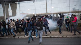 Des migrants s'introduisent dans le port de Calais, le 23 janvier 2016. (MAXPPP)