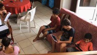Le confinement, dont la troisième semaine adébutélundi 30 mars, commence à être difficile à supporter pour les familles nombreuses. Exemple sur l'île de La Réunion, où des parents vivent confinés avec leurs six enfants. (France 3)