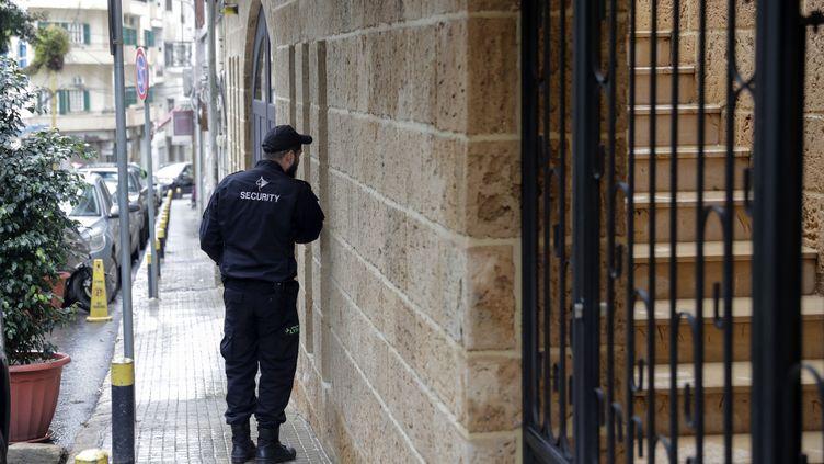 Un agent de sécurité devant une maison qui appartiendrait àCarlos Ghosn située dans un quartier riche de la capitale libanaise, Beyrouth, le 31 décembre 2019. (ANWAR AMRO / AFP)