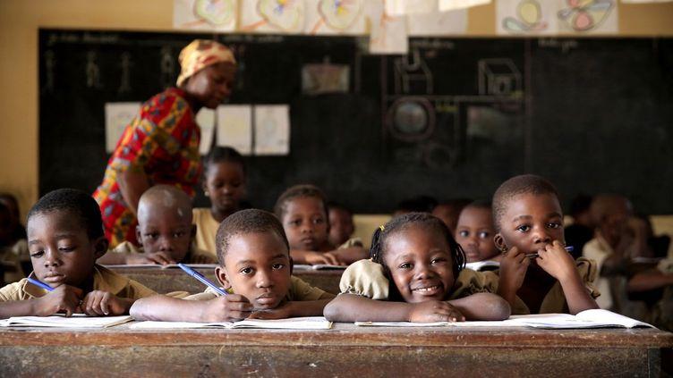 Des élèves dans une classe de primaire au Togo. En 2007, ce pays est le premier pays à avoir interdit les châtiments corporels sur le continent africain. (GODONG / BSIP)