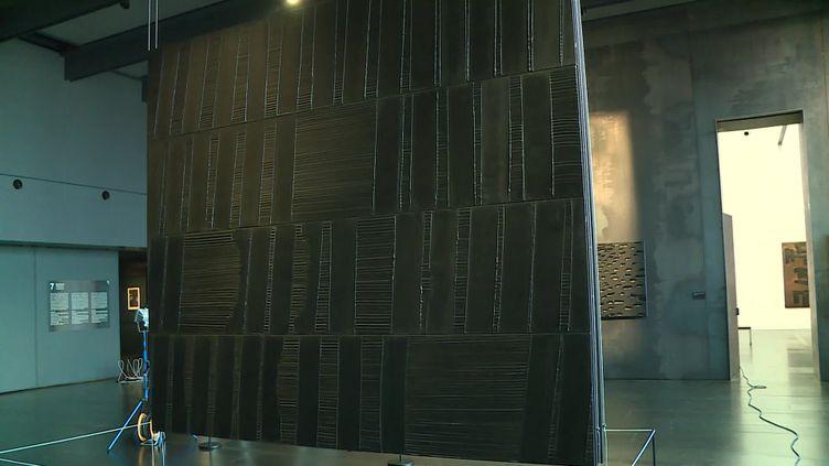 Accrochage d'une toile de Pierre Soulages au musée de Rodez (A.Khalaf / France Télévisions)
