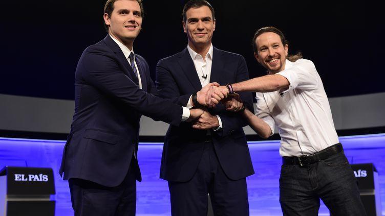 Les chefs de Ciudadanos, Albert Rivera (gauche), du PSOE, Pedro Sanchez (centre) et de Podemos, Pablo Iglesias (droite), lors d'un débat à Boadilla del Monte (Espagne), le 30 novembre 2015. (JAVIER SORIANO / AFP)