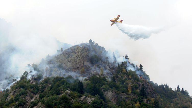 Un canadair survole l'incendie, sur la commune de L'Hospitalet-près-l'Andorre (Ariège), le 20 août 2012. (FLORENT RAOUL / LA DÉPÊCHE DU MIDI / MAXPPP)