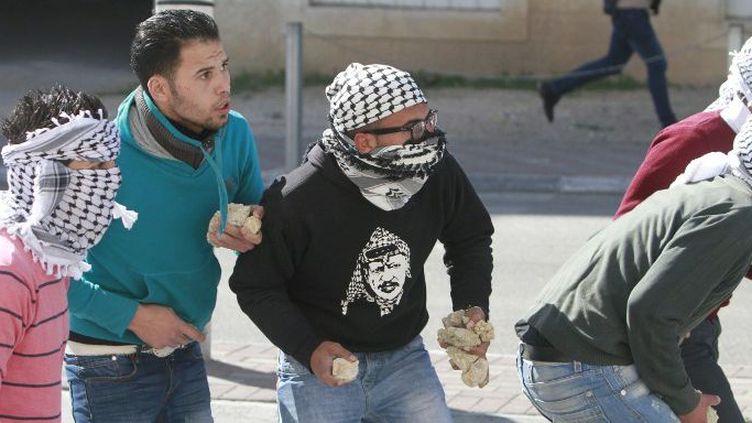 Des Palestiniens lançant des pierres à Jérusalem-Est en avril 2015. (AFP/ Anadolu Agency/ Saeb Awad)