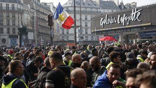 Des manifestants réunis àParis, près de la gare Montparnasse, le 1er mai 2019. (ZAKARIA ABDELKAFI / AFP)