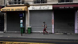 Des magasins fermés à Paris en juin 2020 (illustration). (PHILIPPE LOPEZ / AFP)