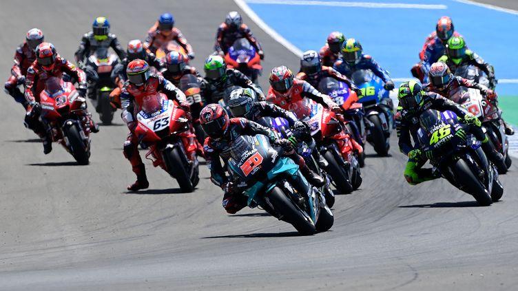Le Français Fabio Quartararo (Yamaha) devant la meute à Jerez en MotoGP (JAVIER SORIANO / AFP)