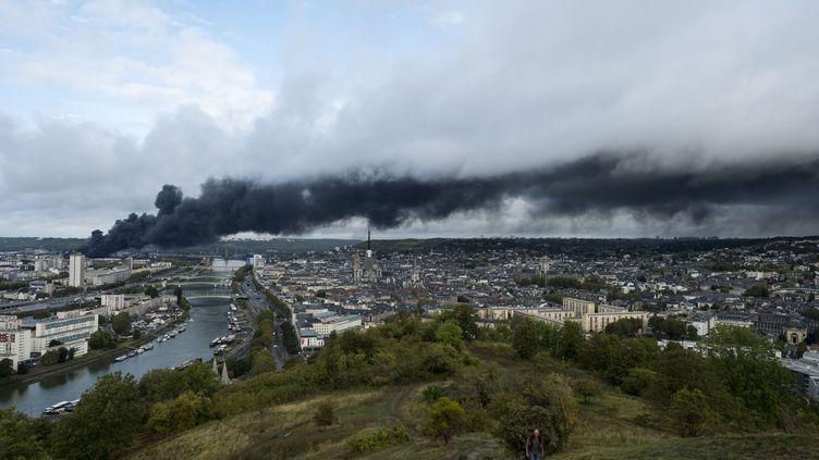 L'incendie de l'usine Lubrizol vu depuis les hauteurs de Rouen (Seine-Maritime), le 26 septembre 2019. (ROBIN LETELLIER/SIPA)