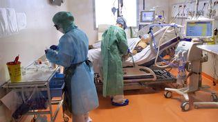 Des soignants dans une chambre de réanimation au CHU de Montpellier. (Illustration). (GUILLAUME BONNEFONT / MAXPPP)