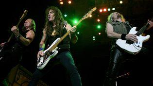 Dave Murray, Steve Harris et Adrian Smith (de gauche à droite) du groupe Iron Maidenlors d'un concert, le 3 mars 2009 à Alajuela au Costa Rica. (© STRINGER COSTA RICA / REUTERS)