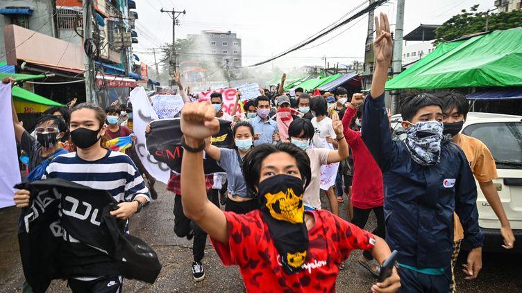 Des étudiants manifestentcontre le coup militaireen Birmanie, le 7 juillet 2021. (STR / AFP)