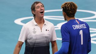 Laurent Tillie avecBarthélémy Chinenyeze lors de la demi-finale contre l'Argentine, le 5 août (CROSNIER JULIEN / KMSP via AFP)