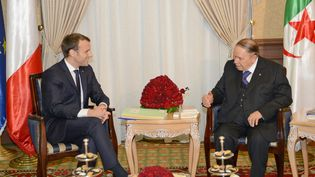 Le président français Emmanuel Macronlors de sa rencontre avec Abdelaziz Bouteflika, alors son homologue algérien, à Alger, lors de sa première visite en Algérie, le 6 décembre 2017. (DMITRY ASTAKHOV / APS / AFP)