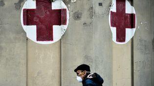 Un homme portant un masque devant l'hôpital Molinette à Turin (Italie), le 9 mars 2020. (MARCO BERTORELLO / AFP)