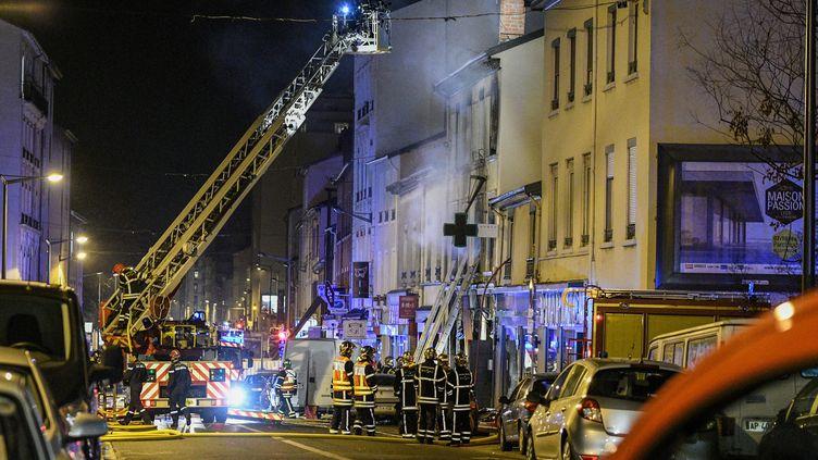 Les pompiers interviennentaprès une explosion dans une boulangerie du 8e arrondissement de Lyon (Rhône),dans la nuit du samedi 9 au dimanche10février 2019. (MAXPPP)
