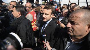 Emmanuel Macron, à l'usine Whirlpool, le 26 avril 2017. (ERIC FEFERBERG / AFP)