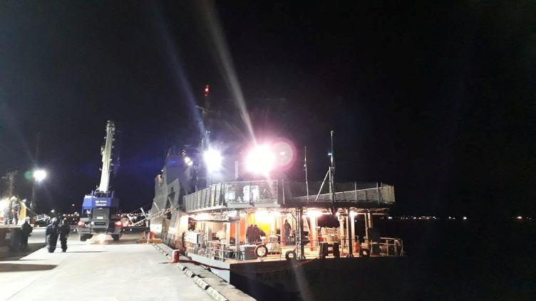 Un navire de la marine chilienne part contenir une marée noire, au large de l'île de Guarello, samedi 28 juillet 2019. (REUTERS)