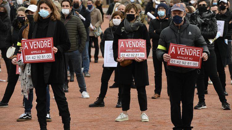 Des commerçants, contraints de fermer leurs boutiquesà cause du confinement, manifestent à Lyon, le 16 novembre 2020. (JOEL PHILIPPON / MAXPPP)