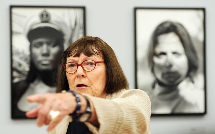 """Laphotographe June Newton - Alice Springs, devant deux de ses photos lors de l'exposition """"Alice Springs"""" en juin 2010 à Berlin. (JOHANNES EISELE / AFP)"""