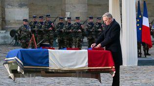 Le premier Ministre Jean-Marc Ayrault rend hommage au lieutenant Damien Boiteux mort au Mali, le 15 janvier 2013 aux invalides. (JACQUES DEMARTHON / AFP)