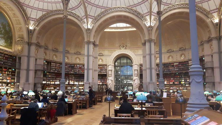 Classée monument historique depuis 1983, cette salle réalisée entre 1861 et 1868 est l'œuvre de l'architecte Henri Labrouste. La bibliothèque de l'INHA y est désormais installée. (ANNE CHEPEAU / RADIO FRANCE)