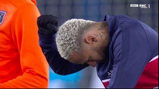 Lejoueur du PSG Neymar met un genou à terre avec son poing levé, pour dénoncer le racisme, avant la rencontre contre Basaksehir, au Parc des princes, le 9 décembre 2020. (CAPTURE D'ÉCRAN RMC SPORT)