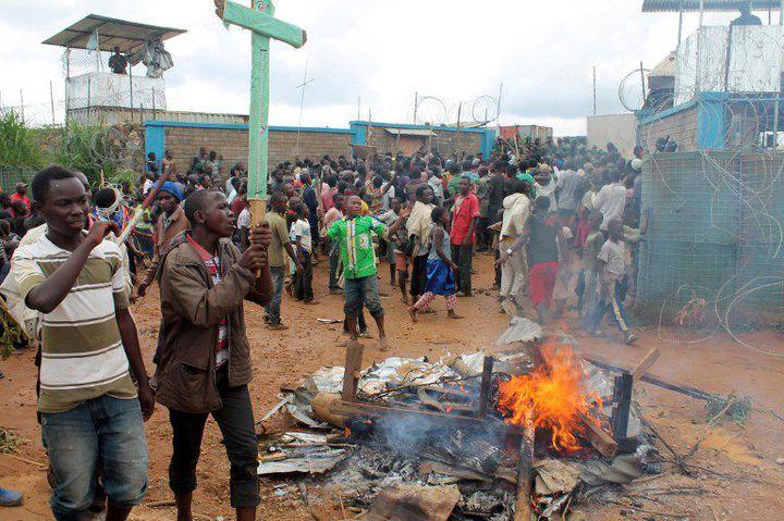 Des Congolais manifestent devant le quartier général de la Monusco près de la ville de Beni, le 22 octobre 2014, après l'attaque de leur village par des hommes armés. (Photo AFP/Alain Wandimoyi)