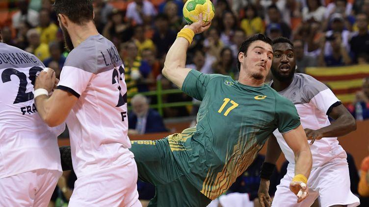 Le pivot brésilien Alexandro Pozzer perce la défense française lors des quarts de finale des JO de Rio (JAVIER SORIANO / AFP)