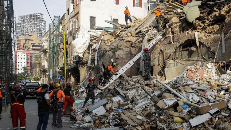 Les sauveteurs creusent dans les décombres d'un bâtiment à Beyrouth (Liban), le 3 septembre 2020, à la recherche d'éventuels survivants après la méga-explosion survenue dans le port. (JOSEPH EID / AFP)