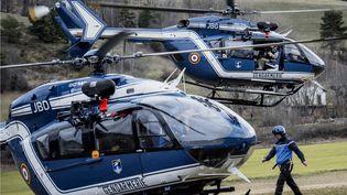 Des hélicoptères de la gendarmerie à proximité de la zone où s'est écrasé un Airbus A320, le 24 mars 2015, dans les Alpes-de-Haute-Provence. ( AFP )