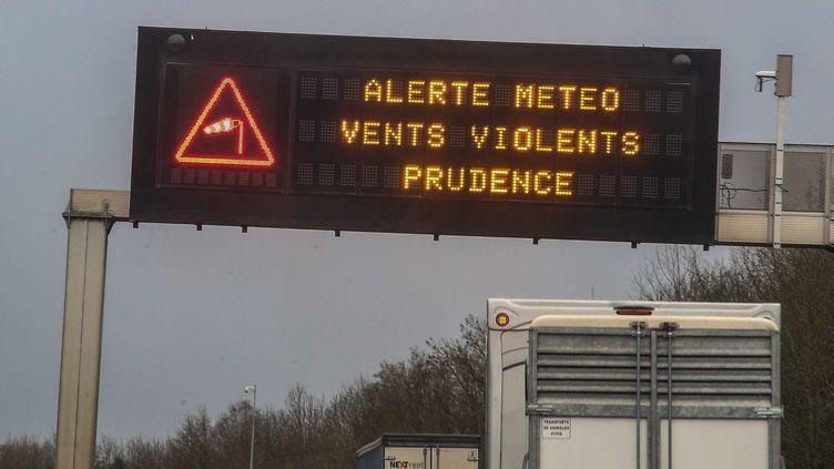 Un message d'alerte météo sur une autoroute en 2020. (photo d'illustration) (PIERRE HECKLER / MAXPPP)