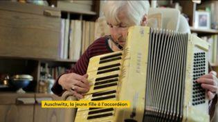 L'ancienne déportéeEsther Bejarano et son accordéon (FRANCEINFO)
