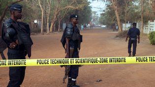 Des policiers maliens montent la garde à Bamako, la capitale, après l'attaque d'un restaurant, qui a fait cinq morts, samedi 7 mars 2015. (SEBASTIEN RIEUSSEC / AFP)