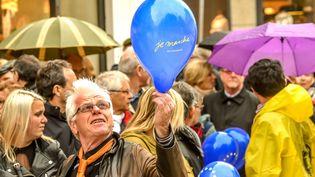 """Un homme tient un ballon """"Je marche"""" le 3 mai 2007 à Amiens. (PHILIPPE HUGUEN / AFP)"""