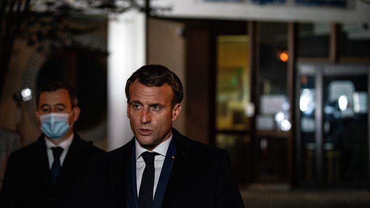 Le président de la République, Emmanuel Macron, et le ministre de l'Intérieur Gérald Darmanin, devant le collège du Bois d'Aulne de Conflans Sainte-Honorine (Yvelines), le 16 octobre 2020. (ABDULMONAM EASSA / AFP)