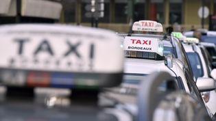 Des taxis stationnés près de la préfecture de Bordeaux (Gironde), mardi 26 janvier 2016. (GEORGES GOBET / AFP)