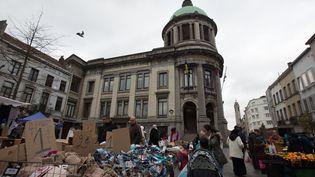 Jour de marché devant l'hôtel de ville, sur la place communale de Molenbeek, le 15 novembre 2015. (KRISTOF VAN ACCOM / BELGA MAG / AFP)
