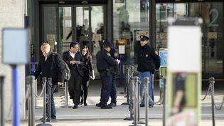 Les agents de sécurité de l'ONU gardent l'entrée du siège des Nations unies, à Genève (Suisse), le 10 décembre 2015. (PIERRE ALBOUY / REUTERS)