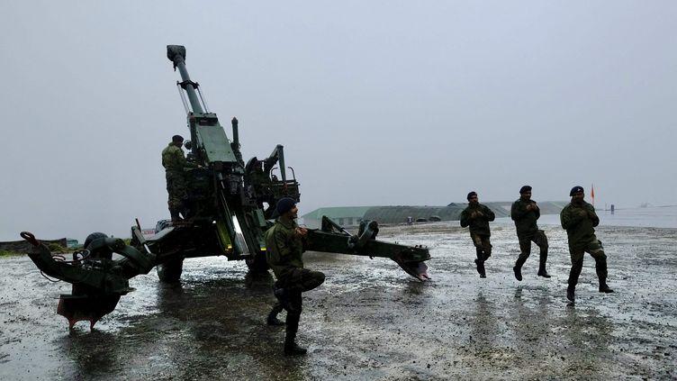 Des soldats indiens à proximité de la frontière disputée avec la Chine, le 19 août 2021. (JAYANTA SHAW / THE TIMES OF INDIA / AFP)
