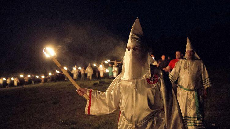 """Des membres du Ku Klux Klan participent à une fête de la """"fierté blanche"""", le 23 avril 2016 près deCedartown, dans l'Etat de Géorgie, aux Etats-Unis. (JOHN BAZEMORE/AP/SIPA)"""