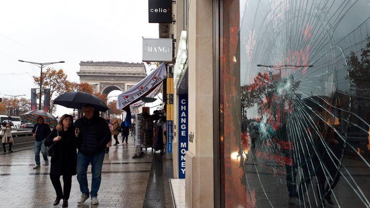 """Une vitrine brisée sur les Champs-Elysées, dimanche 25 novembre, au lendemain de lamanifestation des """"gilets jaunes"""" à laquelle se sont joints des casseurs. (BENJAMIN ILLY / FRANCE INFO)"""