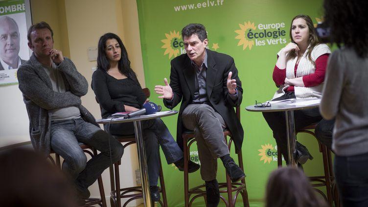 Pascal Durand, secrétaire national d'EELV, et Elise Lowy (à droite), porte-parole du parti, le 8 janvier 2013 à Paris. ( MAXPPP)