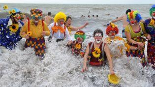 Le 23 décembre 2012, la traditionnelle baignade de Noël des Otaries, à Saint-Gildas-de-Rhuys, dans le Morbihan, a rassemblé 354 baigneurs. Un nouveau record. (THIERRY CREUX / OUEST FRANCE / MAXPPP)