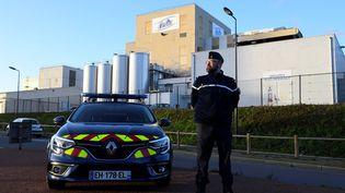 Un gendarme devant l'usine de Lactalis à Craon en Mayenne, en janvier 2018. (DAMIEN MEYER / AFP)