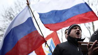 Des manifestants pro-russes devant le Parlement de la république autonome de Crimée, à Simferopol (Ukraine), le 26 février 2014. (BULENT DORUK / ANADOLU AGENCY / AFP)