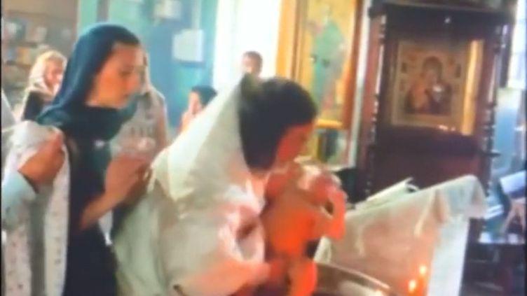 Un prêtre russe a été suspendu après la publication d'une vidéo du baptême, très brutal, d'un enfant. (FRANCEINFO)